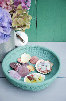 Painted basket with shells and candies - GISF000157
