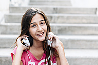 Portrait of smiling teenage girl with headphones - GEMF000380