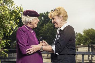 Two communicating senior women - TAM000317