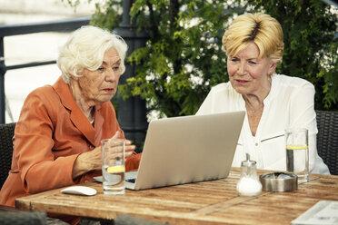 Germany, Berlin, portrait of two  senior women using laptop - TAMF000345