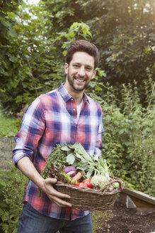 Man holding basket with mixed vegetables - RBF003143