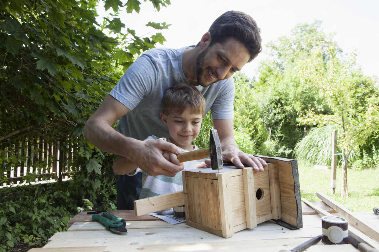 Father and son timbering a birdhouse - RBF003239 - Rainer Berg/Westend61