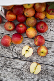 Whole and sliced red apples on wood - LVF003865