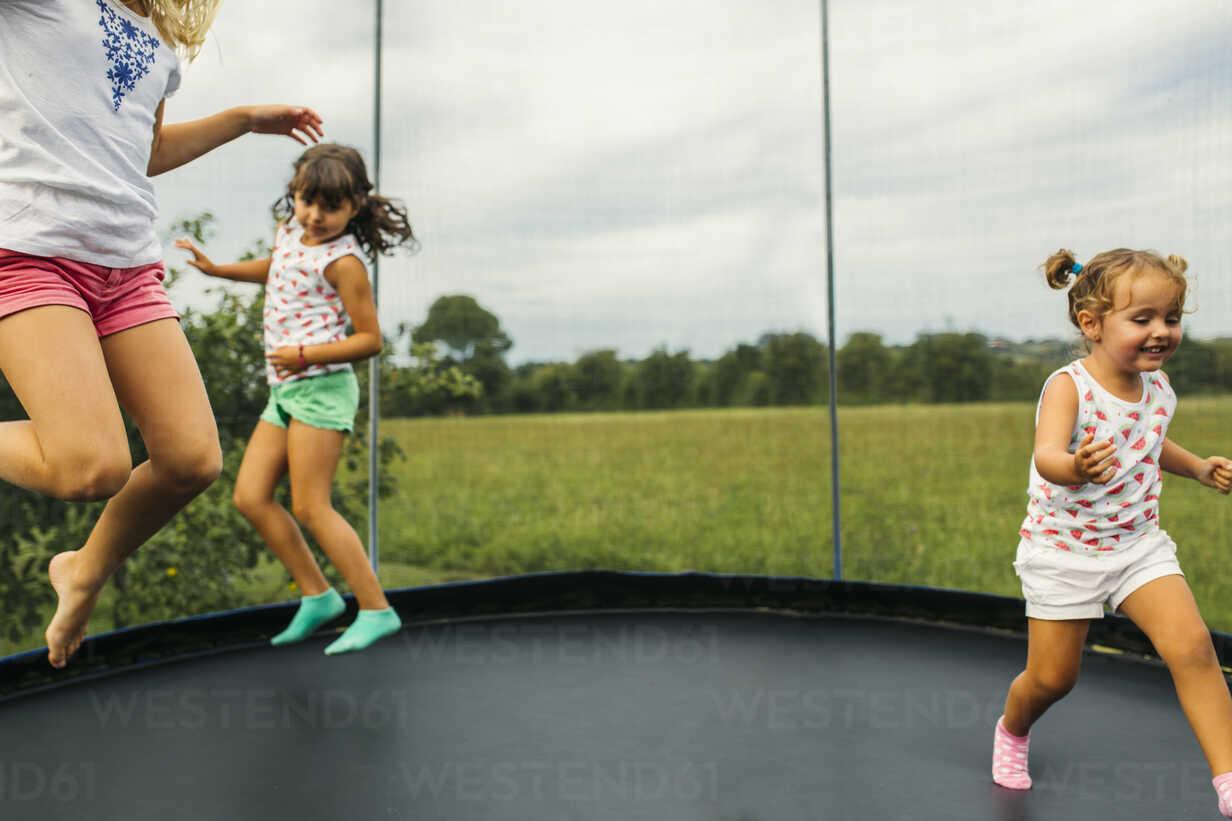Drei Mädchen hüpfen auf dem Trampolin - MGOF000796 - Marco Govel/Westend61