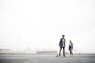 Friends longboarding in the street - JRFF000100
