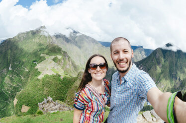 Peru, Machu Picchu region, Travelling couple taking selfie - GEMF000420