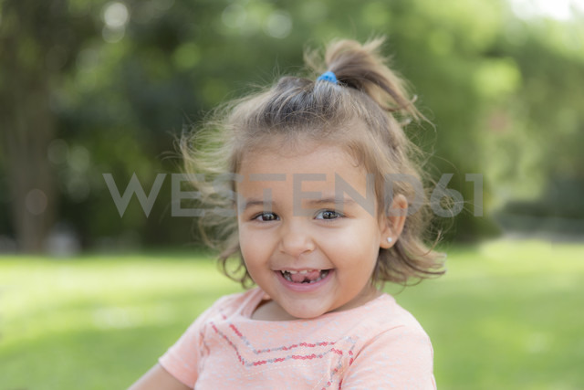 Portrait of smiling little girl in a park - ERLF000035 - Enrique Ramos/Westend61