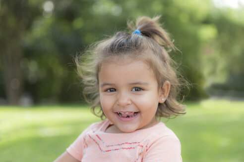 Portrait of smiling little girl in a park - ERLF000035