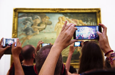 Italy, Florence, tourists taking pictures of 'The Birth of Venus' by Sandro Botticelli in Galleria degli Uffizi - GEM000450