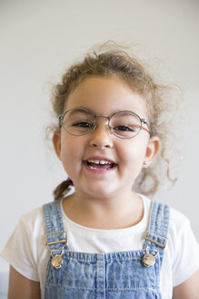 Portrait of smiling little girl wearing glasses - ERLF000042