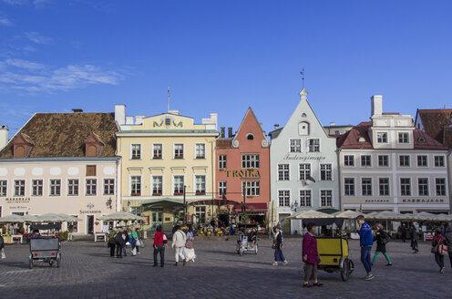 Estonia, Tallinn, People at the townhall square - MEL000075