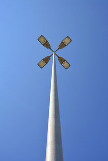 Street lamp with four headlights in front of blue sky - AXF000774