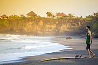Indonesia, Bali, surfer on the beach - KNTF000104