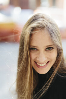 Portrait of smiling young woman - GIOF000259