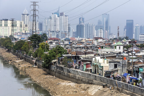 Indonesia, Jakarta, Cityview, slum with sewer - WE000366
