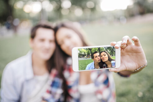 Photo on display of a smartphone of young couple in love - JRFF000118