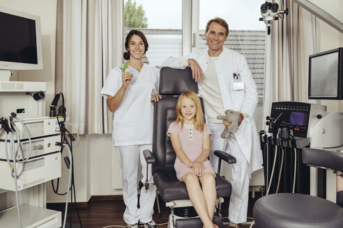 Doctor and nurse in practice with little girl sitting in  ENT chair - MFF002307