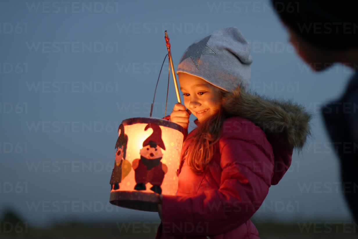 Smiling little girl with self-made paper lantern in the evening - LBF001245 - Lisa und Wilfried Bahnmüller/Westend61