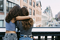 USA, New York City, two friends enjoying the view of the city - GIOF000282