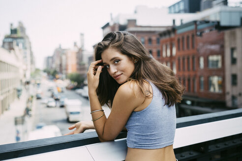 USA, New York City, portrait of smiling brunette young woman - GIOF000288