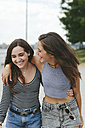 USA, New York City, two happy friends walking outdoors - GIOF000324