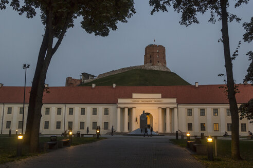 Lithuania, Vilnius, Gediminas Hill and Tower and the Lithuania's National Museum at dusk - MELF000100