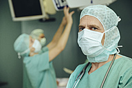 Portrait of surgeon in operating room - MFF002329