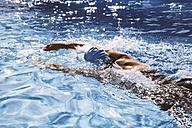 Female triathlete swimming in pool - MFF002401