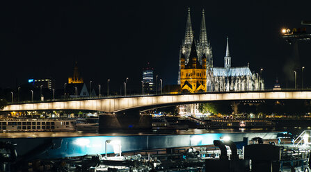 Germany, Cologne, view to Cologne Cathedral with Gross Sankt Martin and Deutzer Bridge by night - DASF000003