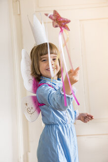 Portrait of little girl dressed up as fairy queen - LVF004046