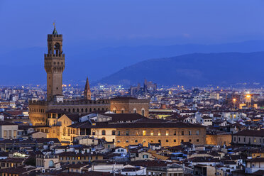 Italy, Tuscany, Florence, Cityscape, View of Cattedrale di Santa Maria del Fiore in the evening - FOF008336