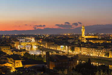 Italy, Tuscany, Florence, Cityscape, View of Arno river, Ponte Vecchio and Palazzo Vecchio in the evening - FOF008339