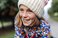 Portrait of smiling girl wearing woollen cap - MGOF000948