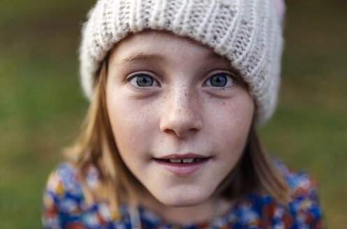Portrait of smiling girl wearing woollen cap - MGOF000951