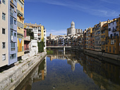 Spain, Girona, River Onyar with Santa Maria de Girona cathedral in background - JMF000360