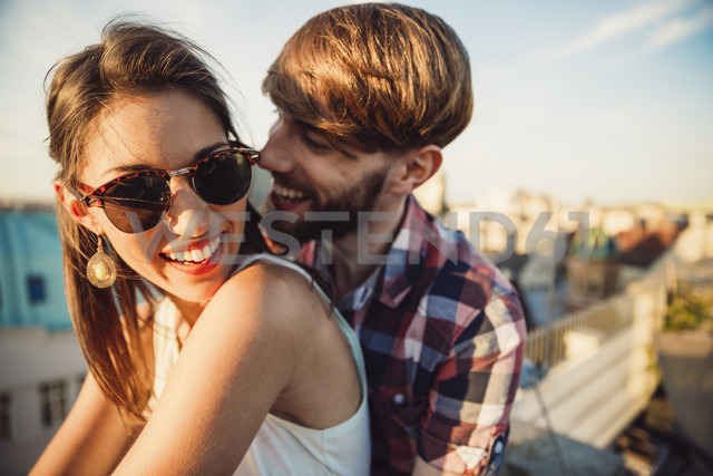 Austria, Vienna, Young couple enjoying romantic sunset on rooftop terrace - AIF000126 - AustrianImages/Westend61