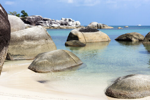 Indonesia, Belitung, Tanjung Tinggi Beach, granitic rocks at beach - WEF000386