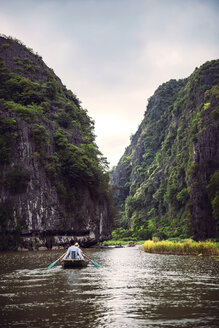 Vietnam, Tam Coc, River view in the dim light of dusk at Ninh Binh - EH000300