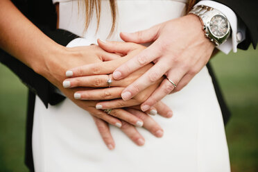 Hands of bridal couple with the wedding rings - GEMF000463