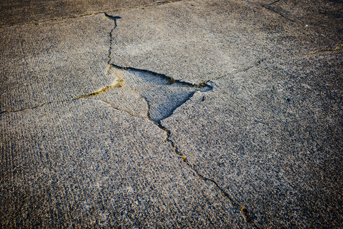 Cracks in a runway - DASF000013