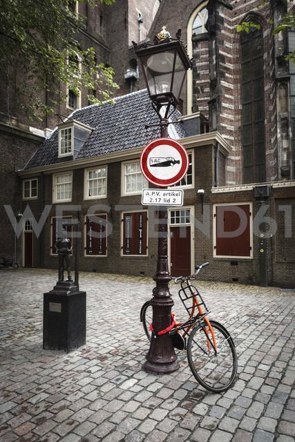 Netherlands, Amsterdam, Bicycle at street lamp at De Wallen - EVGF002499
