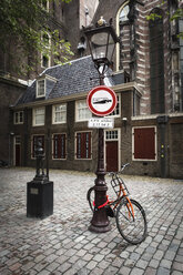 Netherlands, Amsterdam, Bicycle at street lamp at De Wallen - EVGF002499