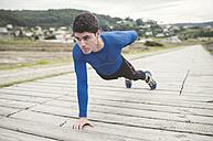 Runner doing strength training outdoors - RAEF000617