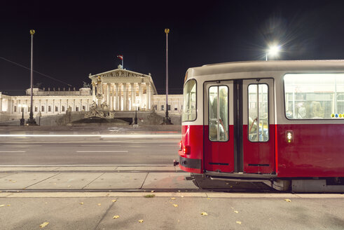 Austria, Vienna, Tramway in front of the Austrian Parliament - OP000086