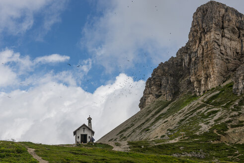 Italy, Alto Adige, Dolomites, view to chapel and peak of Tower of Toblin - LOMF000068