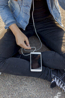 Teenage girl using MP3 Player - HCF000156