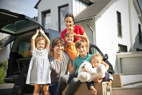 Happy family moving house - TOYF001451