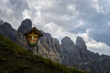 Italy, Dolomites, Gardena passWooden Cross and Sella mountain range - LOMF000085