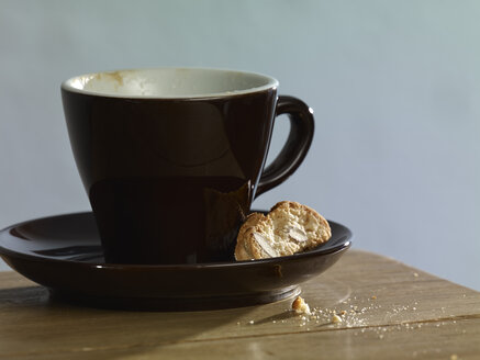Cup of cappuccino and Italian cookie - SRSF000597