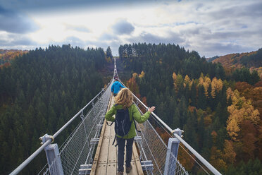 Germany, Rhineland-Palatinate, Hunsrueck, Saar-Hunsrueck-Steig, Swing Bridge Geierlay - BSCF000496
